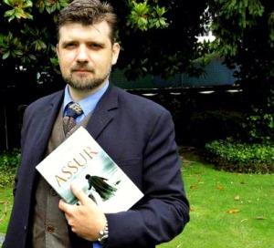 Francisco Narla con su libro Assur