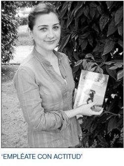 La escritora con su libro