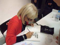 Susana Aledo firmando ejemplares de su libro