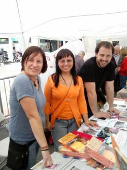 En el stand de La BiblioMusicineteca, en el Paral.lel, firmando libros de 'Tierra De Sol'.