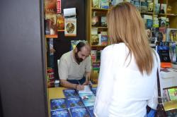 Firmando su libro en la FILSevilla