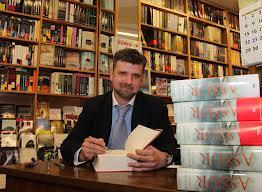 Narla firma ejemplares de su obra en la Librería Pastor, en León.