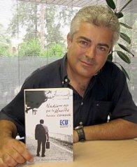 El escritor con su segunda novela. Fuente: laverdad.es