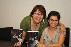 La escritora Sonsoles Álvarez a la derecha, y Ana Bustos Navarro a la izquierda