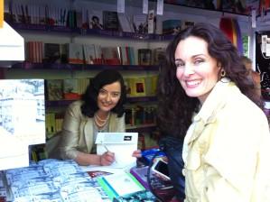 Firmando a la actiz Silvia Marsó en la Feria del Libro de Madrid