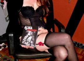 Misstress Nikkita da imagen a la portada