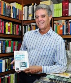 César Landaeta con uno de sus libros / Fuente: elsoldemargarita.com
