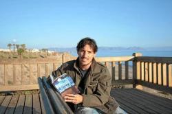 El autor, Javier Cerretero, con su primera novela. / Fuente: Lavozdealmeria.es