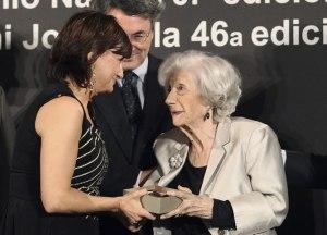 Amoraga recibe el premio de Ana M. Matute (EFE/ Toni Garriga)