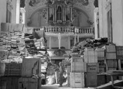 Un soldado contempla parte del patrimonio recuperado. Iglesia de Ettlingen, Alemania.