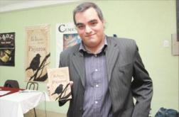 El autor con su segundo libro