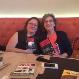 """Mercedes Gallego junto a  la agente literario y fundadora del blog """"Pero qué locura de libros"""""""