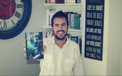El autor y su novela. Fuente: lalecturaderamon.com