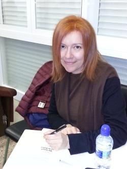 La autora firmando los libros a los alumnos. Realizada por la profesora del C.P. Primo de Rivera
