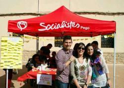 Rosa Ferrer (con pañuelo)  junto a otros miembros del PSOE Pego