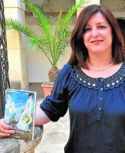 La escritora ilicitana Maribel Romero Soler con un ejemplar de